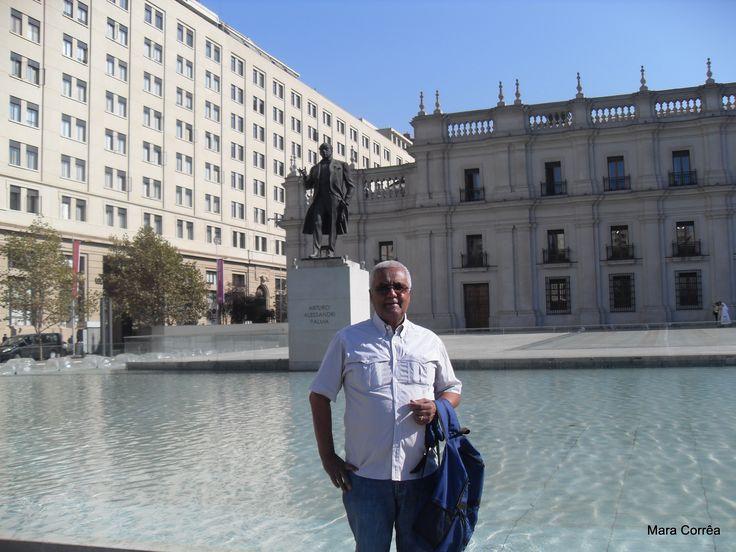 A construção imponente do Palacio de la Moneda, declarada Monumento Nacional, é um dos principais símbolos da capital chilena e parada obrigatória para  uma foto.