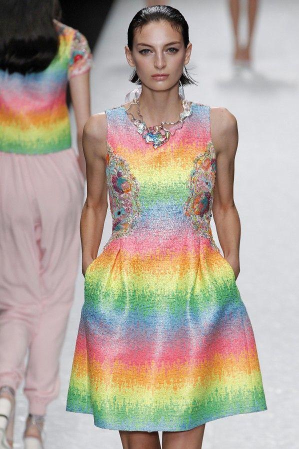 Shiatzy Chen – Fashion Trend Rainbow: Kunstvolle Farbflashs sind jetzt auf Kleidung und Accessoires zu sehen. Trauen sie sich doch an ein farbgewaltiges Stück mit Blickfang-Garantie. Rainbow-Styles zum Nachshoppen gibt es hier.