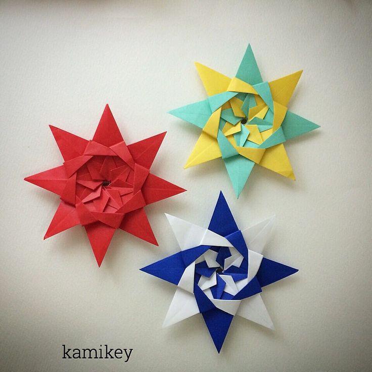 "Nov.8. 2015 「折り紙の星・レダ」 街中のディスプレイはすっかりクリスマスですね! 作り方動画はYouTube のkamikey origami チャンネルにて公開中⭐︎ Origami Star Reda Designed by me eight pieces of paper, glue Tutorial on YouTube ""kamikey origami "" #折り紙#ハンドメイド#origami"