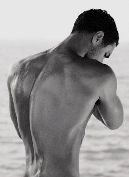 Raoul Bova, you have the most  incredible dorsal view I have ever seen!