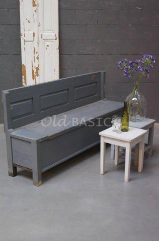 Klepbank 40007 - Oude houten klepbank met een grijze kleur. De bank heeft een eenvoudige vormgeving met uitgesneden vakken op de rugleuning. Opvallend is dat de klepbank geen armleuningen heeft! De achterkant is niet mee geverfd. De zithoogte is: 46 centimeter