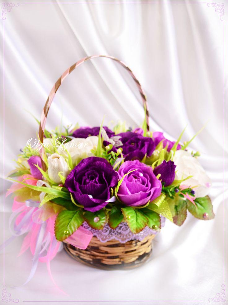 """Букет из конфет  """"Интуиция"""" – необычные сиреневые и фиолетовые розы в одном букете.  Букет состоит из 9 распустившихся роз и 6 бутонов ручной работы из флористической бумаги, всего 15 роз. Внутри каждой – конфета."""