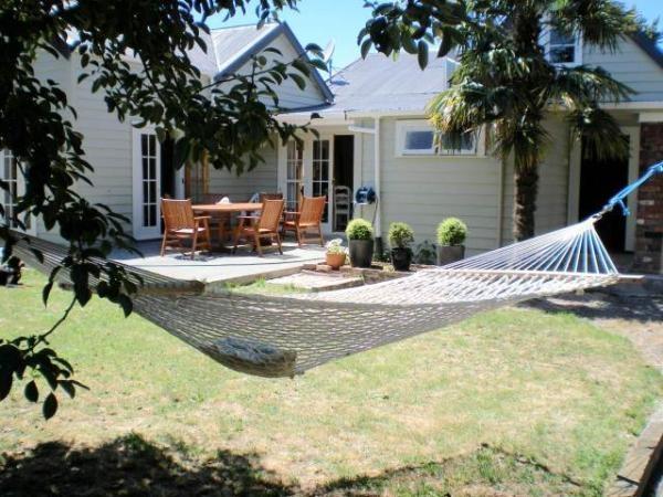 Carterton Holiday Home Rental - 5 Bedroom, 5.0 Bath, Sleeps 11