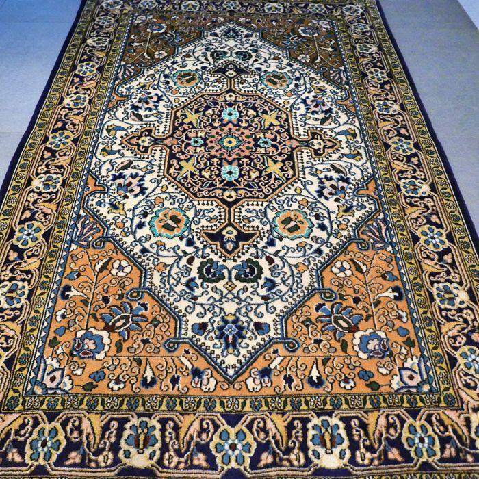 Schitterende Ghom Perzisch tapijt met zijde- 168 x 111 - zeer goede conditie - met certificaat  Maak kennis met deze bijzondere Ghom. Het tapijt verkeert in zeer goede conditie en heeft niet veel gebruikerssporen.Deze Ghom is uniek door zijn design en unieke kleurstelling. Het tapijt is gemaakt van zachte wol met zijde. ZEER BIJZONDER TAPIJT  formaat van ca. 168 x 111 cm. Knoopdichtheid is ca. 500.000 kn/m2. Ghom tapijten zijn ook bekend ook bekend onder de namen: Ghom Kom Ghome Qom Qum Quom…