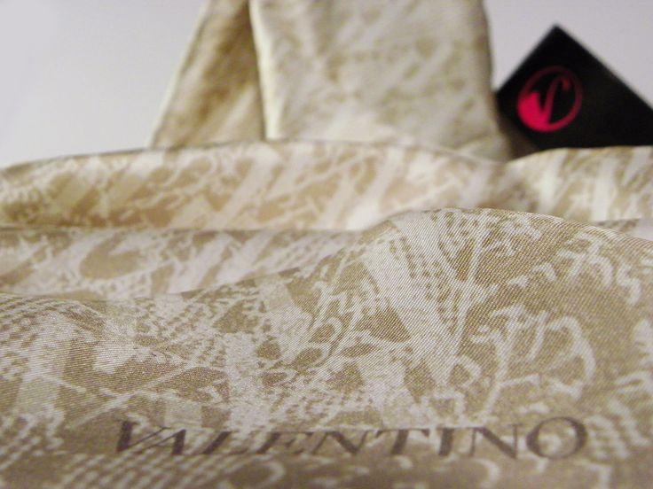 Valentino - Bal köpüğü üzerinde yüzen dantel desenler gizemli, sade bir güzelliği saklıyor.