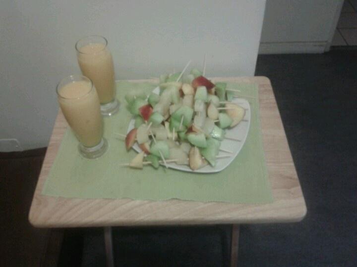 Jugo de mango pomelo y brochetas de melón, durazno y piña