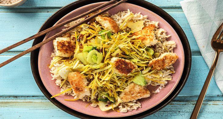 Door de kipstukjes te paneren met kokos krijgt de kip een krokant korstje en een bijzondere smaak. Zo maak je zelf kokos-kipnuggets. Je maakt er een volwaardige maaltijd van met gewokte groenten en zilvervliesrijst.