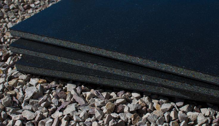 Płyta polimerowa wykonana w technologii termicznego łączenia i kształtowania substancji w całości pozyskiwanych z recyklingu poliolefin (głównie PE + PP) jako jednolita z wyraźnie wyodrębnionymi warstwami zewnętrznymi (skin) i warstwą wewnętrzną (core)