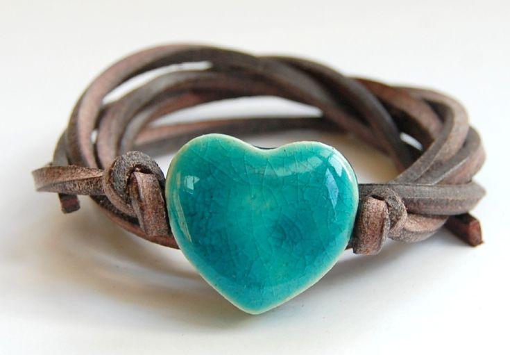 Bruin lerenveter van zacht leer met handgemaaktkeramiek hart in zomerse turquoise kleur.