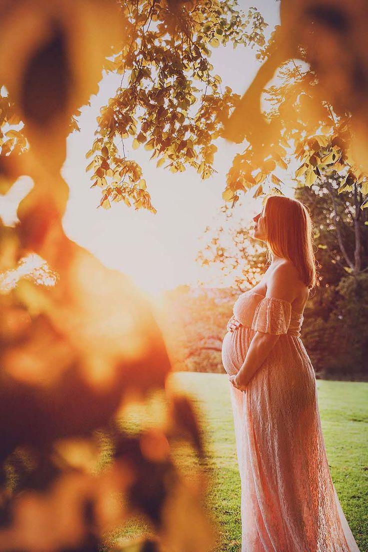 Schönes Mutterschaftstrieb in Stockholm bei Sonnenuntergang im erstaunlichen rosa Spitze-Umstandskleid   – Maternity
