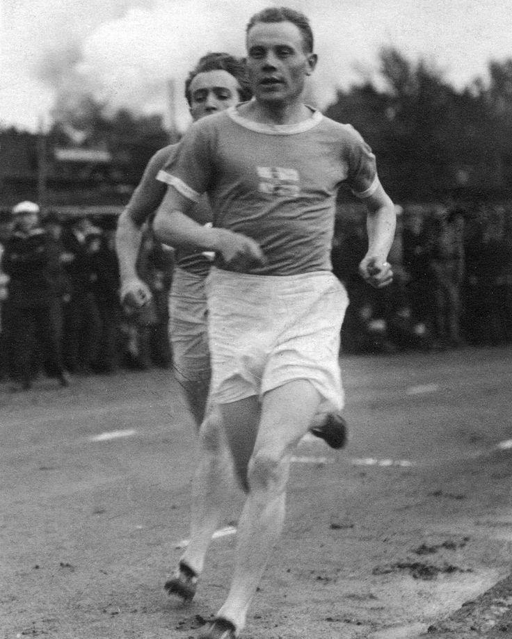 94 vuotta sitten (12.9.1922) Paavo Nurmi juoksi maailmanennätyksen 5000 metrillä Helsingissä. Oman ennätyksensä Nurmi rikkoi vajaa kaksi vuotta myöhemmin Pariisin olympiavuonna #paavonurmi #yleisurheilu #athletics #turku #paavonurmigames #tb #worldrecord On this day in 1922 Paavo Nurmi broke the world record in 5000 m in Helsinki. Nurmi broke his own record in 1924 before the Olympic Games in Paris