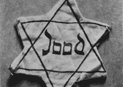 Dit is een joden ster. Alle joden moesten die ster dragen van de Duitsers zodat ze konden zien wie er joods waren. De joden mochten steeds minder van de Duitsers.