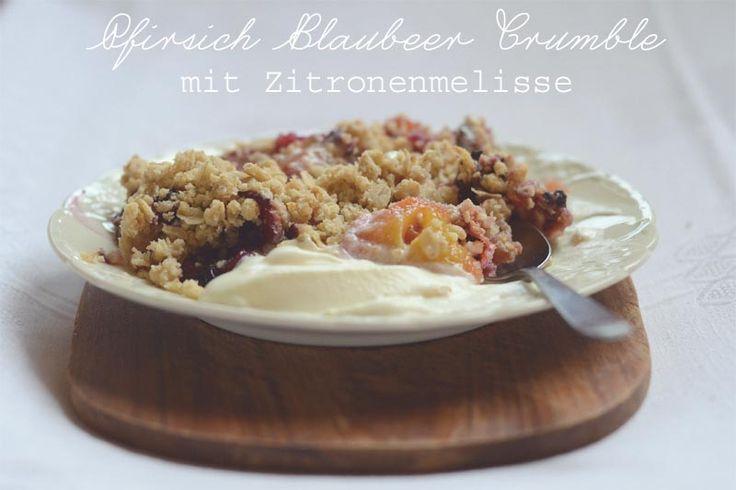 Pfirsich-Blaubeer-Crumble mit Zitronenmelisse | Juligold