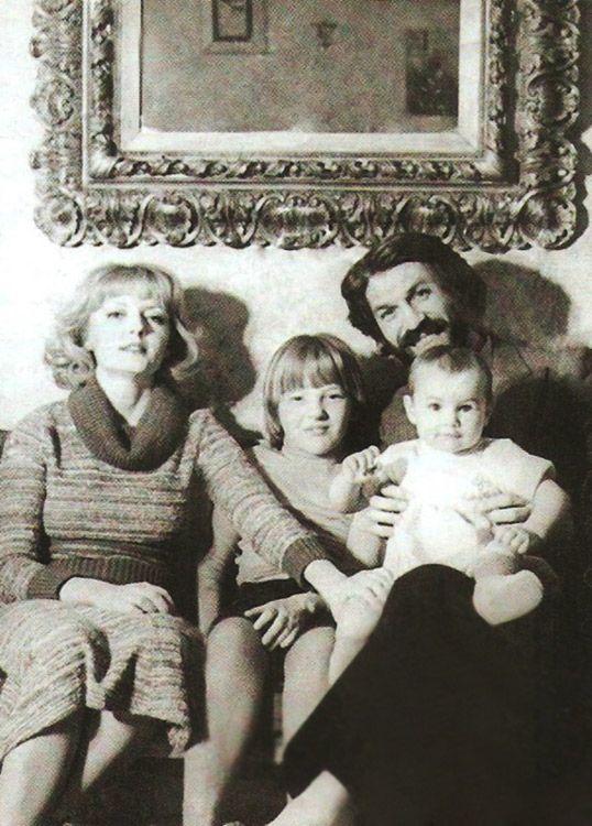 Борис Хмельницкий и Марианна Вертинская. С дочерьми.