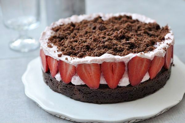 Avagy vakondtúrás torta eperre és brownie-ra hangolva. Mert hát van benne kakaós - itt csokis - alaptészta, friss gyümölcs, gyümölcsös tejszínhab...