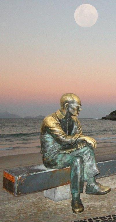 Homenagem ao poeta Carlos Drummond de Andrade - Orla da praia de Copacabana,  Posto 6 - Próximo à rua Bolívar.  Rio de Janeiro.  Brasil. Escultor: Leo Santana.