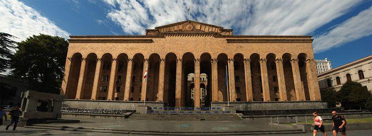 Старое здание грузинского парламента в Тбилиси