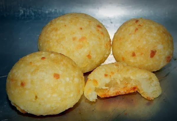 Pão de Queijo de Tapioca - Receitas Na Cozinha PÃO DE QUEIJO DE TAPIOCA é uma opção de lanche delicioso, leve e sem glúten. Experimente e ofereça a seus familiares um pão de queijo bem mais saudável, mas com muito sabor! http://receitasnacozinha.com.br/pao-de-queijo-de-tapioca/