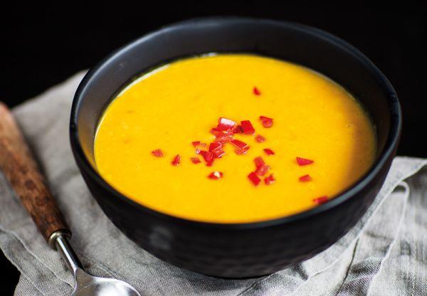 Hösttider är pumpatider och alla borde ha en minst en pumpasoppa isin repertoar. I detta recept möts smakerna curry, ingefära och kokosmjölk.