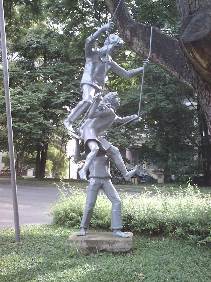El Columpio. obra de Justo Arosemena. Urbanizacion Poblado de Chipre. carrera 42 #5 sur-46 Medellin