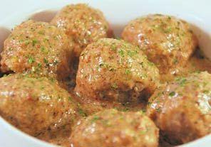 Cómo hacer Albóndigas en salsa de almendras. Primero hacemos una picada con 1 de los ajos y el perejil, la reservamos en un bol aparte. Picamos la carne y añadimos los