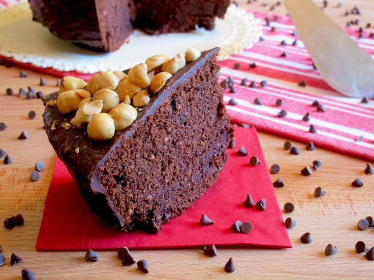 TORTA GOLOSA AL CIOCCOLATO E NOCCIOLE Una Golosissima e Facile Torta al Cioccolato e Nocciole! Preparare questa delizia è più facile che mai: ingredienti s
