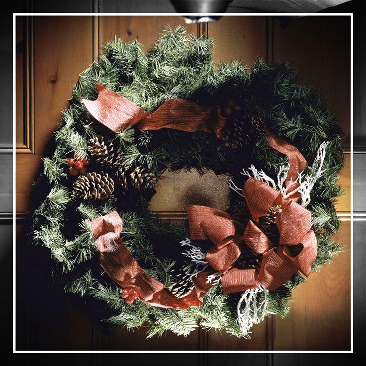 ¡Qué la entrada de tu casa no se quede sin decorar! Una corona o un arco de pino es una buena opción para ornamentar la puerta de tu casa.