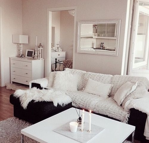 Sala clean com sofá preto