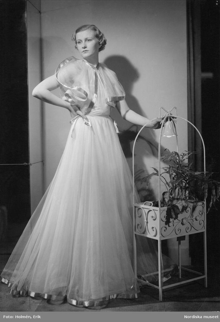 1937. Aftonklänning i tunt material. Foto: Erik Holmén för Nordiska Kompaniet