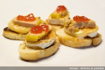Montadito de foie, queso de cabra y mermelada de tomate. #receta #tapas