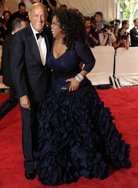 Il mondo della moda dice addio a una delle sue icone: Oscar de la Renta, morto all'età di 82 anni. Allo stilista era stato diagnosticato un cancro nel 2006.<br/>A confermare la scomparsa del celebre stilista la famiglia, senza offrire alcun dettaglio.<br/><br/>Nato nella Repubblica Domenicana nel 1932, è diventato famoso agli inizi degli anni '60 per aver vestito Jackie Kennedy. E nei suoi abiti si sono alternate molte first lady americane: negli anni '80 ha vestito Nancy Reagan, e…