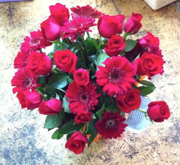 """Jarrón """"Dulce romanticismo"""" gerberas y rosas rojas para enamorar. #regalaflores #Díseloconflores"""