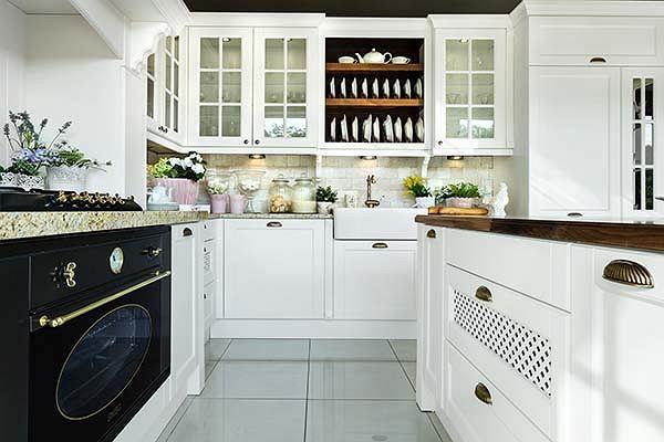 Kuchnia W Stylu Angielskim Urz 261 Dzenia Agd Najlepiej Stylizowane Na Dawne Te O Nowoczesnej Formie Mog 261 Nie Home Appliances Kitchen Cabinets Kitchen