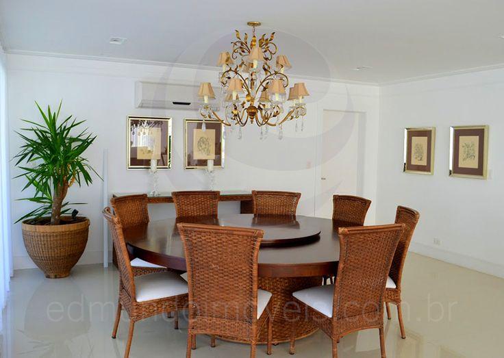 Uma mesa redonda em madeira e cadeiras em fibra natural compõem a sala de jantar, com capacidade para que até 8 pessoas possam realizar suas refeições com tranquilidade.