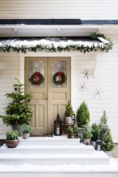 What a warm and festive welcome. Don't you just want to open that door and join their Christmas celebrations?!
