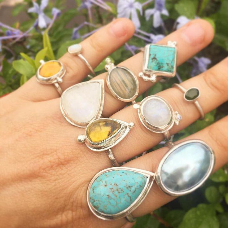 Color shades! Anillos de diferentes medidas con piedras como: turquesa ámbar ópalo de fuego labradorita piedra luna etc. #gemstones #jewelry #joyeriadeautor #piedrassemipreciosas #jewelrydesign #handmade #diseñomexicano #rings #amber #labradorite #flower