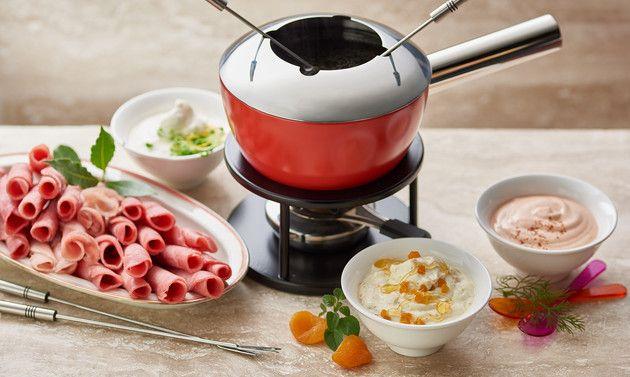 Quelles quantités pour la fondue chinoise et la garniture? <b>Viande:</b><br />- env. 200g par personne pour les femmes<br />- env. 250g par personne pour les hommes <b>Fondue chinoise végétarienne:</b><br />- env. 300g de légumes par personne (blanchir les légumes au préalable)<br />- 100-200g de fromage à griller <b>Sauces et chutneys:</b><br />- env. 150g de sauce par personne au tota...
