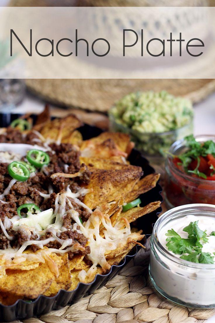 Leckere Nacho Platte mit Guacamole und Salsa