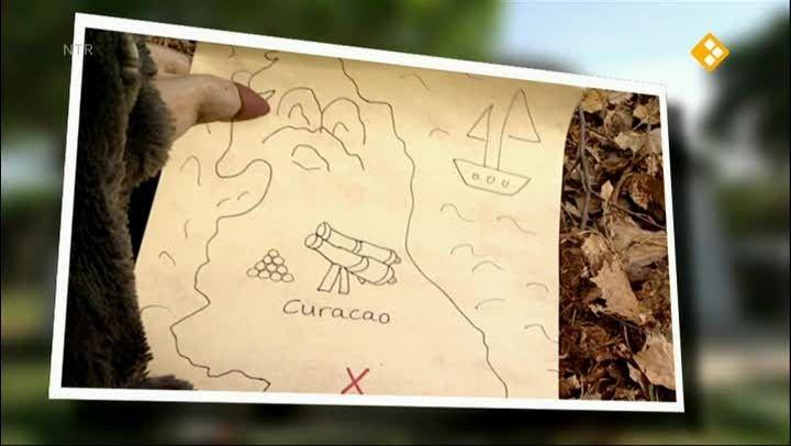 Moffel en Piertje proberen de schat te vinden op Curaçao, maar ze zijn niet de enigen. Tot nu toe is het niemand gelukt. Waar is toch die plek waar de zon nooit schijnt?