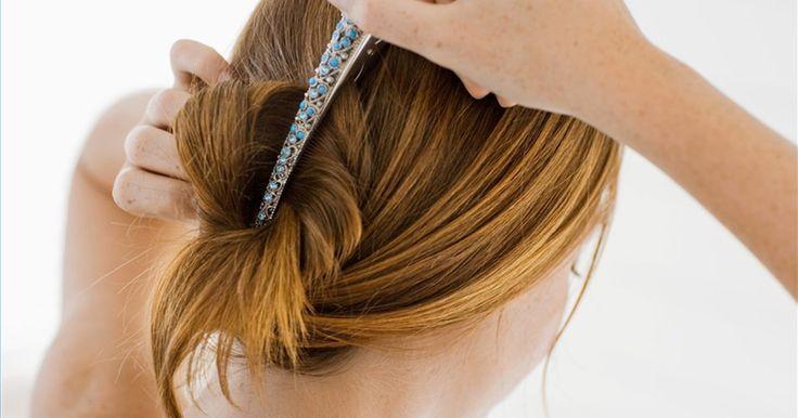Como usar bico de pato para cabelos médios a longos. Usar em seu cabelo um bico da pato não só evita que os fios menores caiam sobre seu rosto, como também é muito elegante. Quando você tem um cabelo longo ou médio, é possível prender mais mechas e, com isso, mostrar mais seu rosto. Você pode prender o cabelo de várias maneiras utilizando o bico de pato.