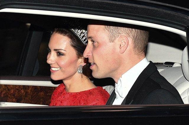 Katalin hercegné Diana kedvenc koronájában a királyi család új portréján http://www.glamouronline.hu/sztartedd/katalin-hercegne-diana-kedvenc-koronajaban-a-kiralyi-csalad-uj-portrejan-21585?utm_source=right-offer-box