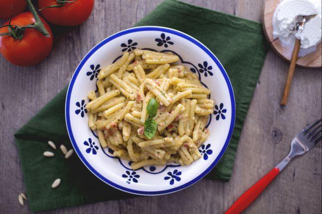 Il pesto alla siciliana (ricotta, pomodori, basilico, pinoli, formaggio, aglio e olio) è un ottimo condimento per la pasta, specialmente le casarecce