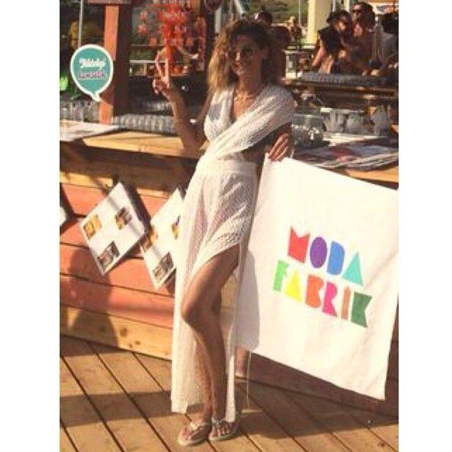 ☀️Güne #Çeşme 'den başlamak gibisi yok!Kızlar geçen hafta ilk kez paylaştığımız ve tüm stokları anında tükenen #Yırtmaçlı Plaj Elbisesi tekrar sitemize konmuştur. Sipariş vermek isteyenleri sitemize bekliyoruz➡️www.modafabrik.com #Bayrakrtiueli @canuldg 'dan geliyor, kendisine sonsuz teşekkürler✌️#Modafabrik #plajelbisesi #plajçantası