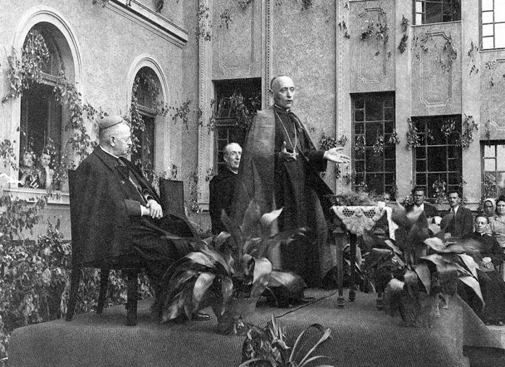 Mindszenty József bíboros a gimnázium udvarán 1947. május 17-én.