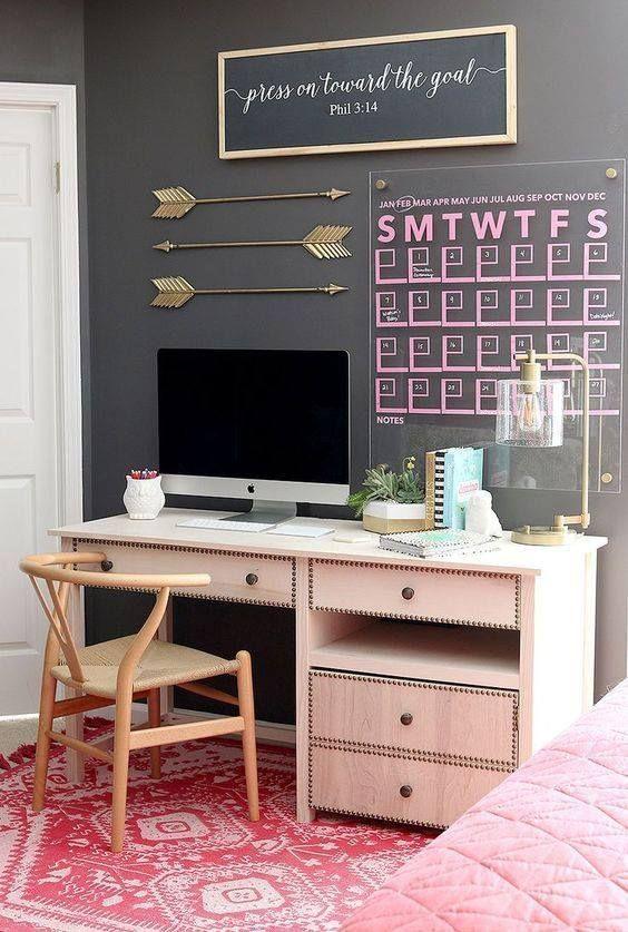 O quadro e papel de parede conversam Um buffet desse é tipo obra de arte Cores primárias Cinza, rosa vermelho Adorável home office