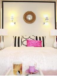 Total white con dettagli nero e fucsia per camera da letto più raffinata.