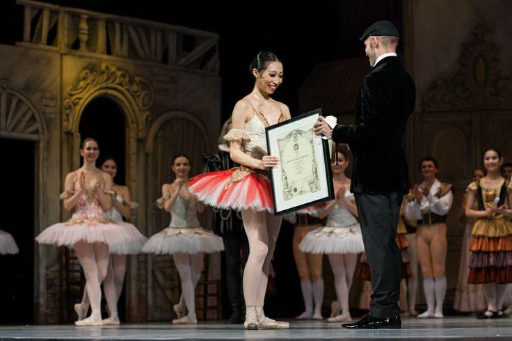 26 februarie/February: Johan Kobborg (director artistic al Baletului Naţional Bucureşti) îi înmânează distincţia de prim-balerină debutantei Sena Hidaka / Johan Kobborg (Artistic Manager of the Bucharest National Ballet) presents Sena Hidaka with the title of prima ballerina at the end of her debut performance.