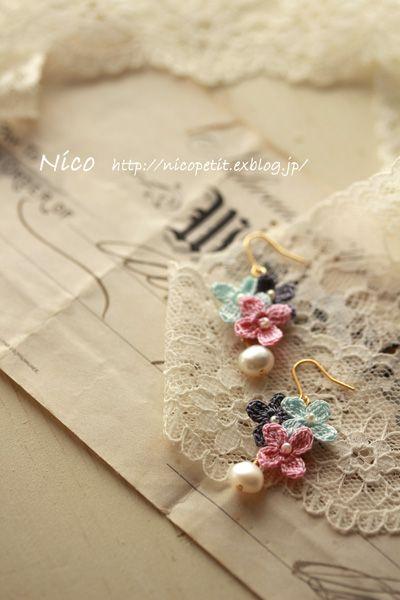 mieです  80番レース糸で編んだ 小さなお花を3つ集めて イヤリングにしました。  白、紫、緑の組み合わせが 爽やかで気に入ってい...