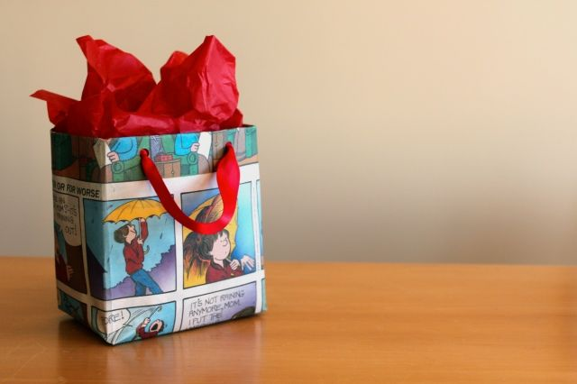 Make your own gift bag from newspaper