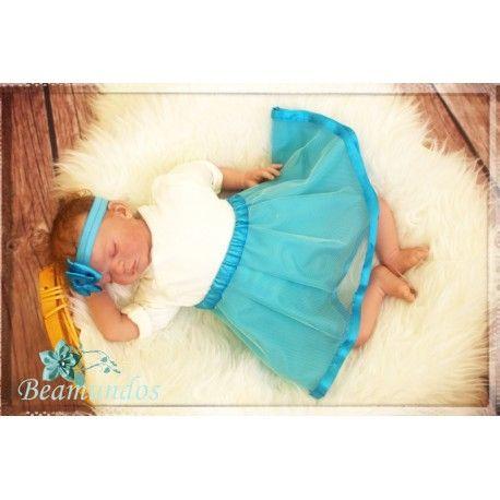 Do stylizacji zdjęcia użyto dostępnych produktów w sklepie Beamundos.com: Opaski i spódniczki w kolorze morskim oraz koszyka.
